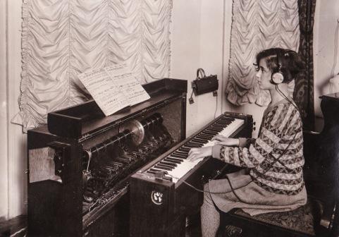 安妮·施皮尔曼(Anni Spielmann,埃默里克的女儿)在弹奏超级钢琴