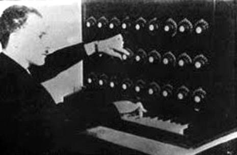 Leon-Termen-and-his-Theremin-Harmonium.-New-York-1920.-copy