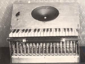 早期的泰勒明电风琴,来自莫斯科泰勒明电声乐器中心(The Theremin Center for Electroacoustic Music)