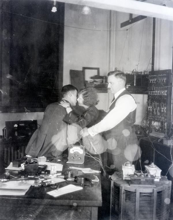 """西屋电子工程师托马斯正在使用""""超声波麦克风""""测量一对情侣接吻时的心悸情况,1924年3月13日,于宾州匹兹堡"""