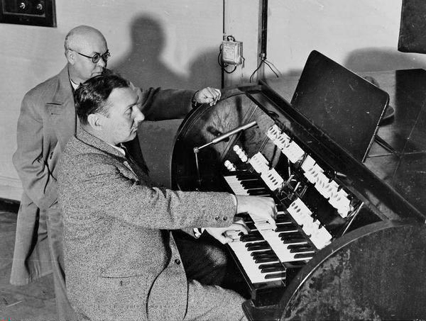 鲁道夫·斯特兹哈默、威廉·伦克两人在伦敦发明家展览会(Erfindermesse)上展示电磁琴,1935年