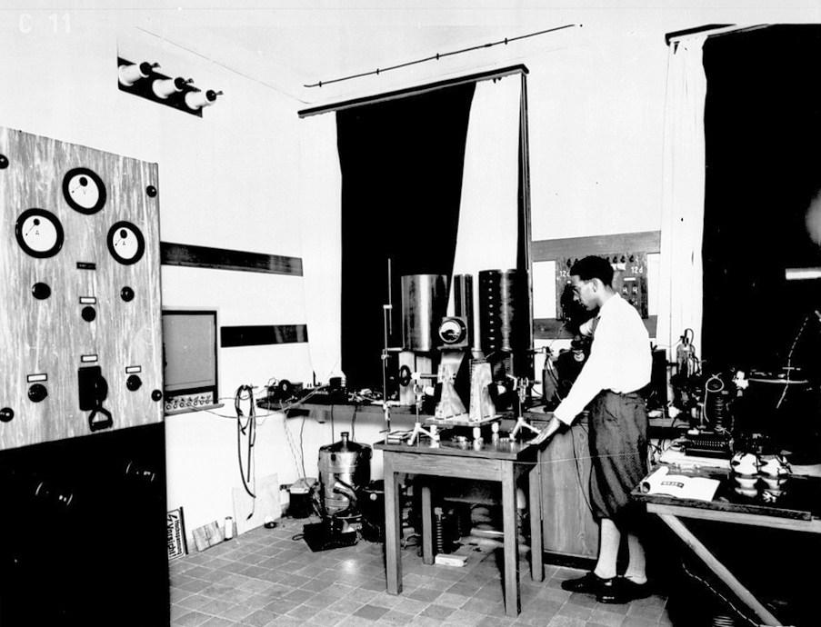 沃利亚·萨拉加在赫兹研究所进行研究,1932年,柏林。供图/柏林 TU Archives