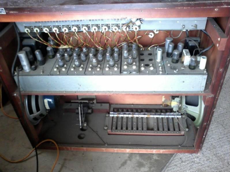 明歇尔琴的音源部分,图中展示了该琴的电子管和扬声器。(本图片版权归属Swartko)