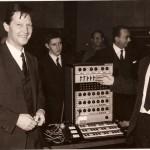 卡托夫(左)和伊顿(右)在展示卡托夫合成器,罗马,1963年前后