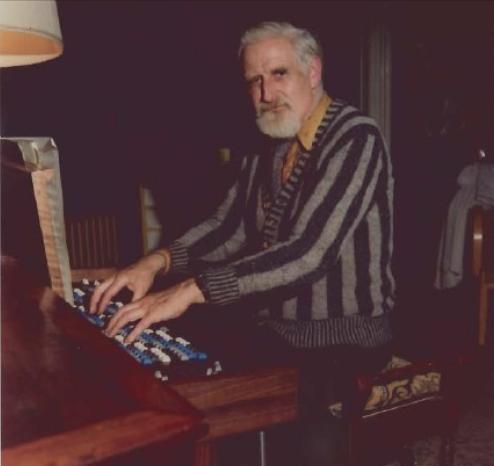 微分音作曲家比尔·科茨(Bill Coates)在演奏阿尔基琴