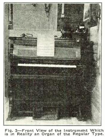 无线风琴的正视图,图中有风琴式的演奏键盘和表情控制踏板