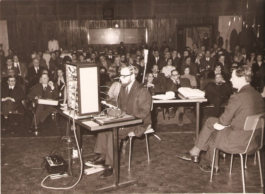 卡托夫(右)与伊顿(演奏者)在意大利表演卡托夫合成器,1963年