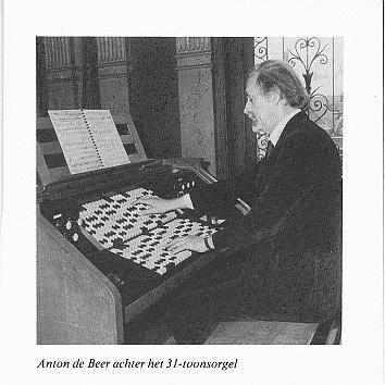 安东·德·贝尔在演奏福克管风琴,荷兰哈勒姆