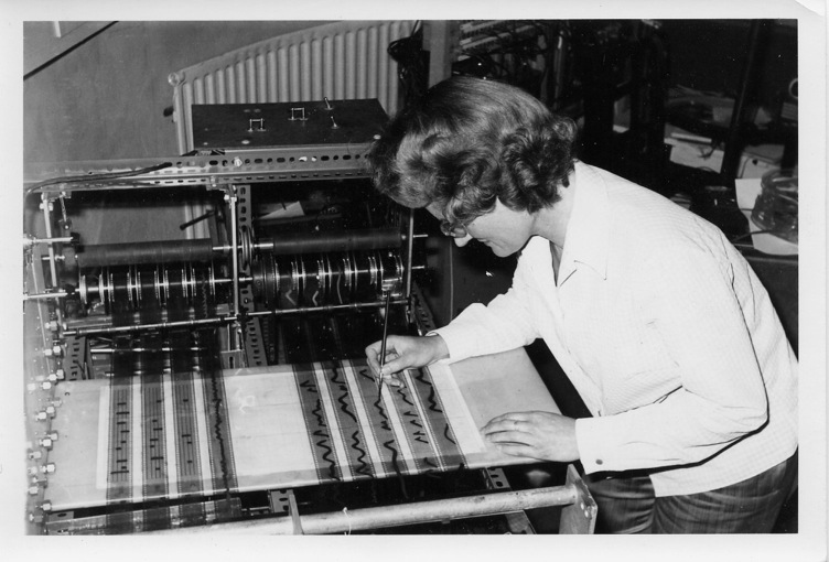 达芙妮·欧拉姆在欧拉米科工作室使用欧拉米科合成器创作电子音乐作品。该工作室的具体位置:Tower Folly, Fairseat, Wrotham, Kent