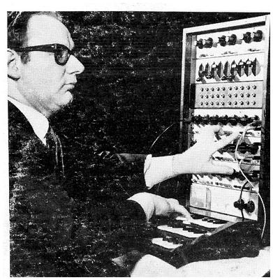 保罗·卡托夫在演奏卡托夫合成器