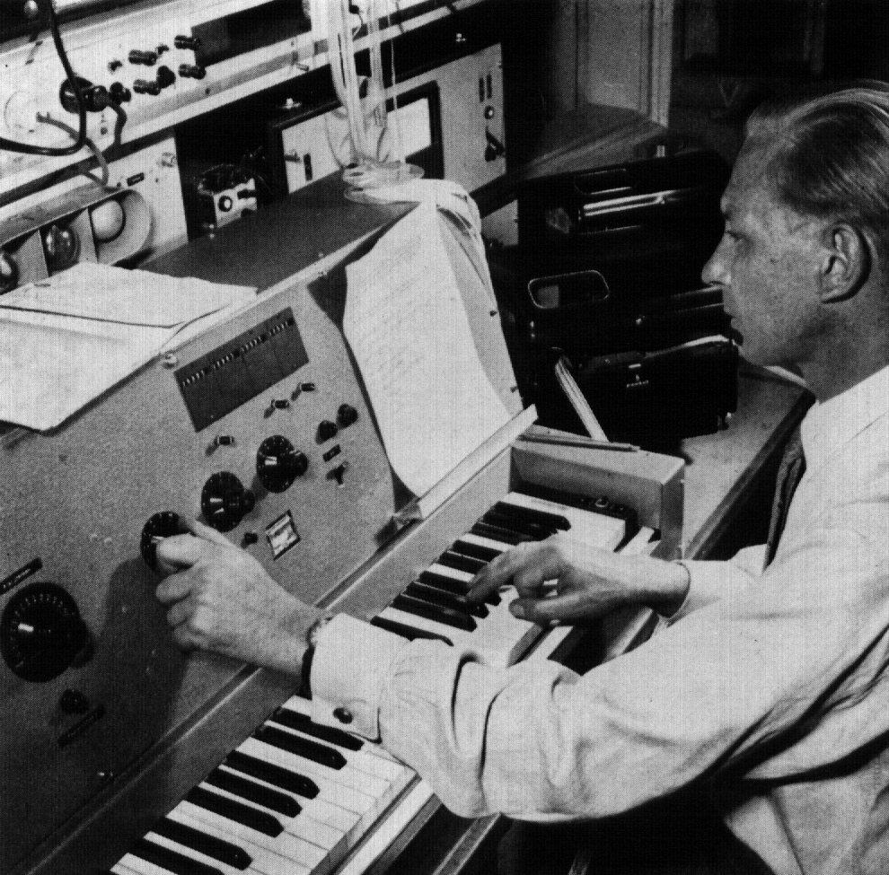 """使用""""半自动穿孔机""""编写音乐序列(图左:编码终端;右:穿孔机)"""