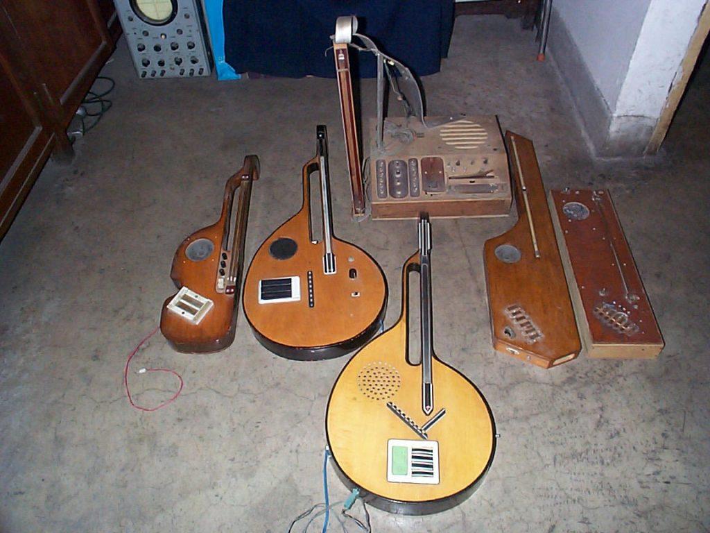 图中最上方的矩形乐器,为弦控式电子琴的原型机,其余为之后研制的几种弦控系列琴